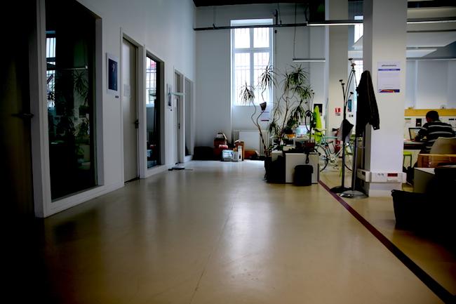 Au rez-de-chaussée, un open space côtoie plusieurs salles de réunion privatives