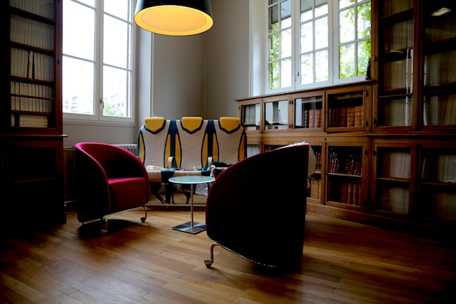 L'ancienne bibliothèque du bâtiment a été restaurée en salle de réunion et de conférence
