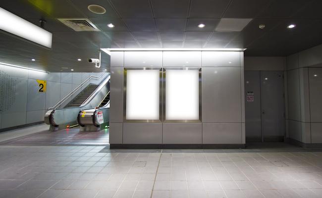 Affichage connecté : comment apporter de l'intelligence aux écrans urbains ? - Decode Media